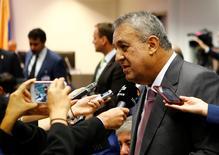 """El ministro de Petróleo de Venezuela, Eulogio del Pino, habla con periodistas antes de una reunión de la OPEP en Viena, Austria. 2 de juno de 2016. El ministro de Petróleo de Venezuela, Eulogio del Pino, propuso un """"rango de suministro"""" de crudo para los países individuales que integran la OPEP, dijo a la prensa antes de la reunión del grupo el jueves en Viena. REUTERS/Leonhard Foeger"""