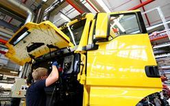 En la imagen, un trabajador de una planta de producción de camiones y autobuses de la alemana MAN AG en Múnich, el 30 de julio de 2015. Los precios al productor de la zona euro bajaron inesperadamente en abril, al registrar su caída anual más acentuada en más de seis años debido a los menores costos de la energía, indicaron el jueves datos publicados por la oficina de estadísticas de la Unión Europea. REUTERS/Michaela Rehle