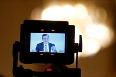 El Banco Central Europeo incrementó el jueves su previsión de inflación para 2016 aunque predijo que el crecimiento de los precios se mantendría por debajo de su objetivo hasta 2018, ante las dificultades provocadas por la influencia de una energía barata en los precios de otros bienes y servicios. En la imagen, el presidente del BCE, Mario Draghi visto a través del monitor de una cámara de televisión durante la rueda de prensa en Viena el 2 de junio. REUTERS/Leonhard Foeger