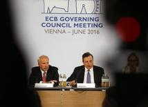 El presidente del Banco Central Europeo, Mario Draghi, dijo el jueves que la institución aún no ha tomado una decisión sobre si conceder a Grecia acceso a la liquidez barata que ofrece a las entidades bancarias de otros países de la región. En la imagen, Draghi (D) y el presidente del banco central de Austria, Ewald Nowotny (I) en la rueda de prensa celebrada en Viena el 2 de junio tras la reunión de consejo de la institución europea. REUTERS/Leonhard Foeger