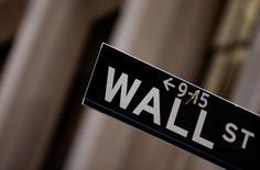 La Bourse de New York a ouvert en baisse jeudi après la publication d'indicateurs témoignant d'un resserrement continu du marché du travail aux Etats-Unis, condition fixée par la Réserve fédérale à une éventuelle hausse des taux. Le Dow Jones perd 0,35%, à 17.726,56 après cinq minutes de cotations. Le Standard & Poor's 500 recule de 0,3% et le Nasdaq Composite cède 0,27%. /Photo d'archives/REUTERS/Eric Thayer