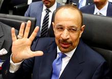 Халид аль-Фалих разговаривает с журналистами перед заседанием ОПЕК в Вене. Министр энергетики Саудовской Аравии Халид аль-Фалих сказал в четверг, что не видит смысла искусственно ограничивать добычу нефти. REUTERS/Leonhard Foeger