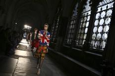 Modelos apresentam criações da Gucci na Abadia de Westminster, em Londres. 02/06/2016 REUTERS/Neil Hall