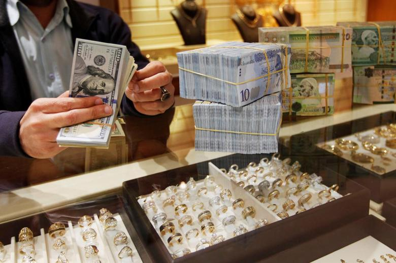 A man counts U.S. dollars at a currency exchange office in Tripoli April 27, 2016.REUTERS/Ismail Zitouny