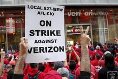 Демонстрация радом с магазином Verizon во время забастовки в Нью-Йорке. Рост числа рабочих мест в США в мае оказался самым незначительным более чем за пять лет из-за забастовки сотрудников Verizon и падения занятости в товарном производстве, указав на слабость рынка труда, которая может не дать Федрезерву США повысить процентные ставки. REUTERS/Shannon Stapleton