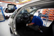 En la imagen, un empleado trabaja en una línea de montaje de autos Bluecar en una fábrica de Renault, en Dieppe, 1 de septiembre de 2015. El crecimiento de los negocios en la zona euro mejoró más que lo esperado en mayo, pero siguió siendo modesto, una prueba adicional de que la expansión vista a principios de año no se repetirá este trimestre, reveló un sondeo el viernes. REUTERS/Philippe Wojazer