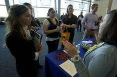 Una postulante a un empleo en una feria laboral en Denver, EEUU, mayo 9 ,2016. La economía de Estados Unidos creó en mayo la menor cantidad de puestos de trabajo en más de cinco años y medio, y el nivel de empleo en los sectores de manufacturas y construcción cayó abruptamente, en un traspié del mercado laboral que complica la posibilidad de que la Fed suba pronto las tasas de interés.   REUTERS/Rick Wilking