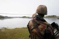 """Soldados nigerianos vigilan durante un ejercicio para limpiar la polución en Ogoni. 2 de junio de 2016. El grupo militante """"Vengadores del Delta del Níger"""" se atribuyó tres nuevos ataques perpetrados durante la madrugada del viernes contra la maltrecha infraestructura petrolera de Nigeria y prometieron anular la producción de crudo del país. REUTERS/Afolabi Sotunde"""