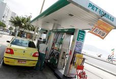 Imagen de archivo de una estación de gasolina de Petrobras en la playa de Copacabana en Río de Janeiro. 24 de septiembre, 2010. El Ministerio de Minas y Energía de Brasil dijo que apoya la independencia total de Petrobras para definir los precios de los combustibles, culpando a los controles previos por sobrecargar a la compañía controlada por el Estado con una deuda incapacitante, la mayor de la industria petrolera. REUTERS/Bruno Domingos