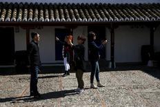 El gasto de los turistas que visitaron España en abril aumentó un 4,7 por ciento interanual hasta los 5.647 millones de euros, mostró el lunes una encuesta del Instituto Nacional de Estadística (INE). En la imagen, turistas sacan fotos en una posada asociada a la historia de Don Quijote, en Puerto Lápice, 8 de abril de 2016. REUTERS/Susana Vera