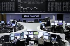 Las acciones europeas abrieron al alza el lunes, respaldadas por las ganancias en las empresas mineras y petroleras tras el descenso registrado el viernes pasado por el dato decepcionante del mercado laboral estadounidense en mayo. En la imagen, operadores trabajan en sus mesas con el índice DAX en una pantalla, en la Bolsa de Fráncfort, 31 de mayo de 2016.     REUTERS/Staff/Remote