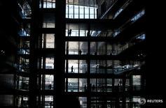 Durante el primer trimestre del año el 16 por ciento de los trabajadores españoles con nivel formativo superior estuvo buscando otro empleo de manera activa, dos puntos porcentuales más que la cifra registrada hace un año, según una encuesta de Randstad. En la imagen, se puede observar a varias personas trabajando en la sede de Endesa en Madrid, el 26 de abril de 2016. REUTERS/Andrea Comas