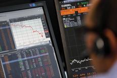 La confianza en la zona euro subió en junio a su nivel más alto este año, según un sondeo difundido el lunes, lo que sugiere que los inversores dejaron atrás las preocupaciones sobre la economía global que oscurecían las expectativas a comienzos de año. En la imagen de archivo, un operador bursátil trabaja frente a sus pantallas de ordenador, en París, el pasado 24 de agosto de 2015. REUTERS/Regis Duvignau