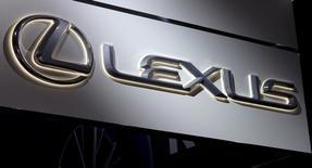 Логотип Lexus на автосалоне в Нью-Йорке. 16 апреля 2014 года. Японский производитель автомобилей Toyota отзывает 1.197 автомобилей Lexus в РФ из-за возможной неисправности некоторых систем, говорится в сообщении Росстандарта. REUTERS/Carlo Allegri