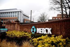 Gilead Sciences n'aura finalement pas à verser 200 millions de dollars (180 millions d'euros) à Merck pour avoir enfreint deux brevets liés à un traitement contre l'hépatite C, une juge américaine ayant statué lundi que les pratiques contraires à l'éthique de Merck dédouanaient le groupe de tout paiement. /Photo d'archives/REUTERS/Jeff Zelevansky