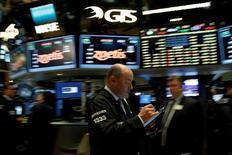 Трейдеры на торгах Нью-Йоркской фондовой биржи 9 мая 2016 года. Индекс S&P 500 завершил торги понедельника ростом до пика семи месяцев, так как глава Федрезерва США в целом оптимистично высказалась о состоянии экономики, однако не уточнила, когда регулятор может повысить процентную ставку. REUTERS/Brendan McDermid/File Photo