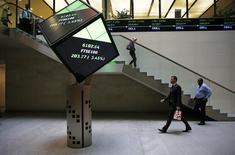 Фотография лобби Лондонской фондовой биржи 25 августа 2015 года. Европейские акции выросли в начале торгов во вторник, копируя динамику на Уолл-стрит и в Азии, после того как глава ФРС США Джанет Йеллен намекнула на повышение процентных ставок. REUTERS/Suzanne Plunkett/File photo