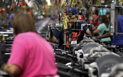 Una persona trabajando en la planta de ensamblaje de General Motors, en Arlington, Texas. 9 de junio de 2015. La productividad no agrícola en Estados Unidos cayó menos de lo previsto en el primer trimestre, pero los costos laborales subieron debido a que las empresas emplearon a más trabajadores para elevar la producción. REUTERS/Mike Stone