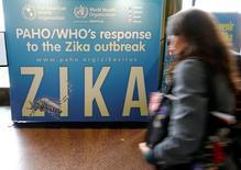 Mulher em frente cartaz sobre Zika na sede da ONU, em Genebra.   23/05/2016        REUTERS/Denis Balibouse