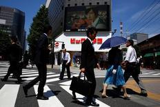 La economía de Japón se expandió a una tasa anualizada de un 1,9 por ciento en el primer trimestre de este año, después de una revisión al alza de la cifra preliminar que mostró un crecimiento de un 1,7 por ciento, mostraron el miércoles datos de la oficina del gabinete. En la imagen, gente cruza delante de una tienda de electrónica durante la pausa del almuerzo en Tokio, Japón, el 18 de mayo de 2016. REUTERS/Thomas Peter