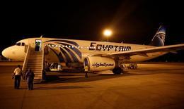 Самолет EgyptAir в аэропорту Луксора. 19 мая 2016 года. Египетский пассажирский самолет, выполнявший рейс Каир-Пекин, совершил экстренную посадку в городе Ургенче в Узбекистане после поступления информации о возможном нахождении бомбы на борту, сообщила государственная авиакомпания Узбекские авиалинии в среду. REUTERS/Amr Abdallah Dalsh