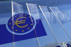 El Banco Central Europeo ha comenzado el miércoles a comprar deuda corporativa, adquiriendo bonos de energéticas, aseguradoras y empresas de telecomunicaciones, en su último esfuerzo por reavivar la inflación en la zona euro. En la imagen, banderas de la Unión Europea reflejadas en una ventana de la sede del BCE en Fráncfort, el 21 de abril de 2016. REUTERS/Ralph Orlowski