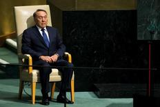 Президент Казахстана Нурсултан Назарбаев готовится выступить на 70-й сессии Генеральной Ассамблеи ООН в Нью-Йорке 28 сентября 2015 года. Бессменный президент Казахстана в среду пригрозил жестко наказать экстремистов и не допустить революции на фоне кровопролития в Актобе, за которым усмотрел иностранное вмешательство. REUTERS/Eduardo Munoz