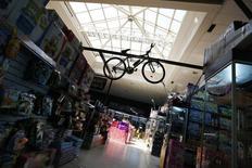 Vista del interior de un centro comercial en Santiago, Chile. 6 de noviembre de 2014. La inflación en Chile llegó a un 0,2 por ciento en mayo, una variación menor a la esperada y que refuerza las expectativas de una gradual moderación de los precios en medio de un bajo dinamismo de la economía local. REUTERS/Ivan Alvarado