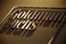 Логотип Goldman Sachs в приемной офиса компании в Сиднее. Американский банк Goldman Sachs сокращал персонал в России в течение последних нескольких месяцев, и до конца лета могут последовать новые сокращения, сказали Рейтер источники, знакомые с ситуацией. REUTERS/David Gray/File Photo