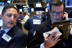 La Bourse de New York a fini en hausse mercredi, sa troisième séance consécutive dans le vert, le repli du dollar ayant favorisé les valeurs liées aux matières premières et les grands exportateurs.  /Photo prise le 8 juin 2016/REUTERS/Brendan McDermid