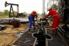 Рабочие у нефтяной скважины в Венесуэле. 18 марта 2015 года. Цены на нефть держатся вблизи максимумов 2016 года в ходе утренних торгов четверга, поддерживаемые падением запасов нефти в США, ослаблением доллара и сильным спросом, однако некоторые аналитики полагают, что ралли начинает выглядеть затянувшимся. REUTERS/Isaac Urrutia/File Photo