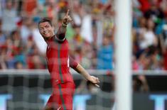 Cristiano Ronaldo comemorando gol em amistoso contra Estônia.   08/06/2016      REUTERS/Rafael Marchante