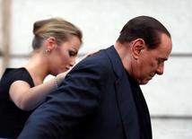 Ex-premiê italiano Silvio Berlusconi ao lado de companheira Francesca Pascale.       REUTERS/Alessandro Bianchi/File picture