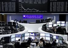 Трейдеры на торгах фондовой биржи во Франкфурте-на-Майне 9 июня 2016 года. Европейские фондовые рынки упали в четверг вторую сессию подряд из-за снижения сырьевых акций и бумаг Essentra, подешевевших после предупреждения об уменьшении прибыли.     Панъевропейские индексы FTSEurofirst 300 и STOXX 600 завершили торги падением почти на 1 процент. REUTERS/Staff/Remote
