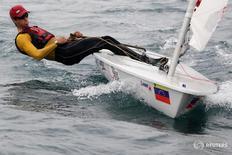 José Vicente Gutiérrez, velerista del equipo olímpico venezolano, durante una sesión de entrenamiento en Naiguatá, en el estado Vargas, Venezuela. 18 de abril de 2016. REUTERS/Marco Bello