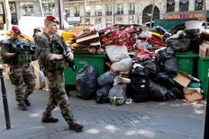 Soldados passam diante de lixo em Paris. 9/6/2016.  REUTERS/Charles Platiau