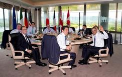 Главы Великобритании, Канады, Еврокомиссии, Евросовета, Италии, Германии, США, Японии и Франции перед встречей в рамках саммита G7 в японском городе Сима. 27 мая 2016 года. Группа семи промышленно развитых стран должна незамедлительно позволить России вернуться в организацию, сказал министр экономики Германии Зигмар Габриэль. REUTERS/Carolyn Kaster/Pool