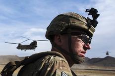 Америксанский солдат ждет приземления вертолета CH-47 Chinook в ходе миссии поддержки подразделений армии Афганистана в провинции Пактиа 21 декабря 2014 года. REUTERS/Lucas Jackson