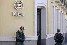 La sucursal del banco chino ICBC en Madrid presuntamente recibió dinero en mochilas y cajas por parte de grupos criminales en España y envió el dinero a cuentas en China como parte de una trama de blanqueo de capitales que movió unos 90 millones de euros, según afirman los fiscales que investigan el caso. En la imagen, agentes dxe la Guardia Civil en la sede del banco en Madrid durante una redada el pasado 17 de febrero. REUTERS/Sergio Perez