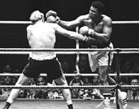 Muhammad Ali (L) punches Richard Dunn while fighting for the WBC & WBA Heavyweight Title in Munich, Germany, May 24, 1976. Action Images / Sporting Pictures/File Photo