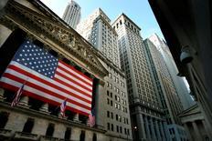 La Bourse de New York a débuté en baisse vendredi en réaction au reflux continu et rapide des cours du pétrole et au regain général d'aversion au risque sur les marchés face aux incertitudes monétaires et politiques des semaines à venir. Quelques minutes après le début des échanges, le Dow Jones perd 0,61%, à 17.876,02 points. Le Standard & Poor's 500 recule de 0,71% et le Nasdaq Composite cède 0,92%. /Photo d'archives/REUTERS/Mike Segar