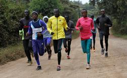 Atletas do Sudão do Sul, que são parte dos refugiados classificados para a Rio 2016, durante treino no Quênia.      09/06/2016   REUTERS/Thomas Mukoya