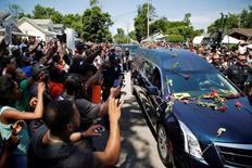Comboio com caixão de Muhammad Ali passa por ruas de Louisville, em Kentucky. 10/06/2016  REUTERS/Carlos Barria