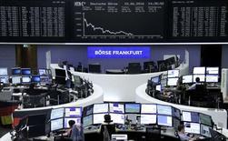 Las acciones europeas cayeron el viernes a mínimos de casi cuatro semanas, lideradas por el descenso de Lufthansa tras la sorpresiva partida de su presidenta financiera, mientras que el nerviosismo político presionó a los sectores cíclicos. En la foto, operadores en la Bolsa de Fráncfort el 10 de junio de 2016.   REUTERS/Staff/Remote