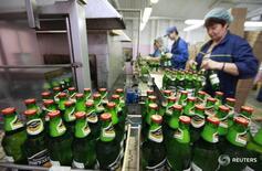 Пивоваренный завод в Ставрополе.  Российские законодатели в пятницу приняли закон, запрещающий продавать пиво в пластиковых бутылках объемом более 1,5 литра. REUTERS/Eduard Korniyenko