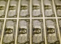 Billetes de un dólar en la Casa de la Moneda de los Estados Unidos en Washington, nov 14, 2014. El yen y el franco suizo se apreciaron el viernes ante un descenso de los precios del petróleo y la caída de las bolsas globales liderada por los títulos bancarios, lo que desató una nueva ola de búsqueda de| activos de bajo riesgo.     REUTERS/Gary Cameron/File Photo