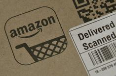 La compañía Amazon.com Inc se prepara para lanzar un servicio de suscripción musical por internet que competirá con las ofertas de Apple Inc y Spotify, dijeron dos personas conocedoras del proyecto. En la imagen, un paquete de Amazon tras ser entregado en Londres el pasado 29 de febrero. REUTERS/Toby Melville/
