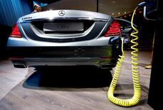 Daimler présentera lors du Mondial de l'Automobile de Paris, en octobre, un prototype Mercedes électrique ayant une autonomie de 500 km, le constructeur automobile allemand ayant en ligne de mire le SUV Model X de Tesla Motors. /Photo d'archives/REUTERS/Kai Pfaffenbach