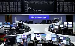 Operadores trabajando en la Bolsa de Fráncfort, Alemania. 10 de junio de 2016. Un importante índice de las bolsas europeas caía el lunes a su nivel más bajo en un mes, siguiendo las pérdidas en los mercados asiáticos y estadounidenses en momentos en que un retroceso del sector energético lastraba a los mercados bursátiles. REUTERS/Staff/Remote