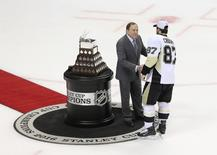 NHL commissioner Gary Bettman presents Pittsburgh Penguins center Sidney Crosby (87) with the Conn Smythe Trophy after defeating the San Jose Sharks in game six of the 2016 Stanley Cup Final at SAP Center at San Jose. John Hefti-USA TODAY Sports